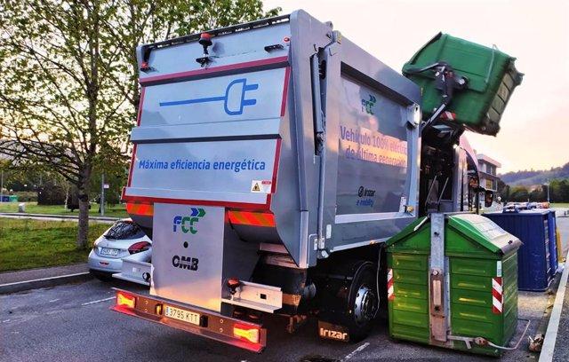 Archivo - Prueba de Emulsa de un camión eléctrico de recogida de residuos, en Gijón