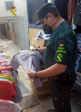 Un agente observa una de las camisetas intervenidas