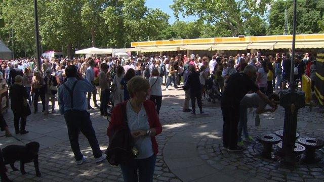 Archivo - Feria del Libro de Madrid en el Parque de El Retiro, en una imagen de archivo previa a la pandemia