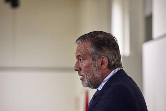 El consejero de Presidencia, Justicia e Interior de la Comunidad de Madrid, Enrique López, responde a los medios tras una reunión del Consejo de Asuntos Taurinos, a 24 de agosto de 2021, en la Plaza de Toros de Las Ventas, Madrid, (España).