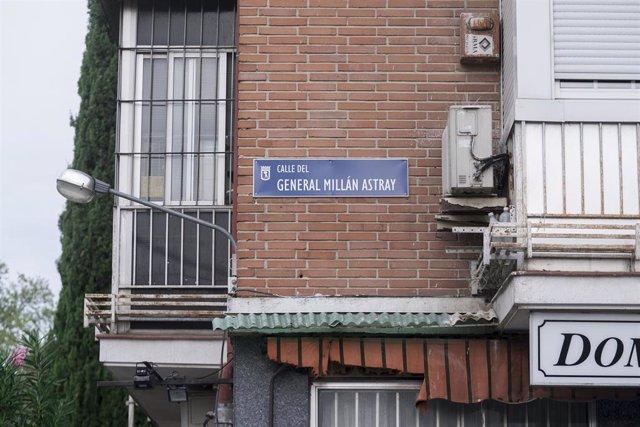 Placa de la calle general Millán Astray en sustitución de la de la calle a la que daba nombre la maestra Justa Freire