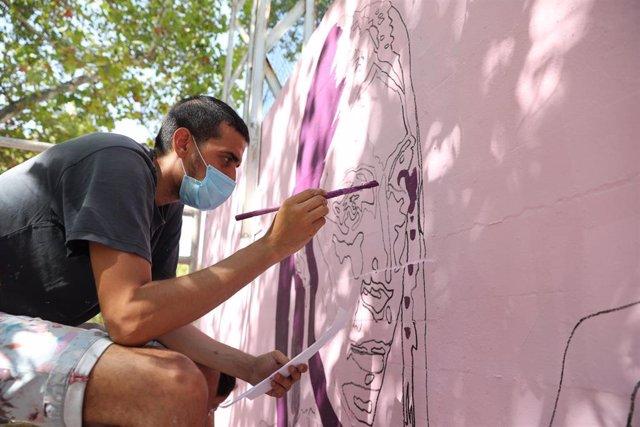 Participante en los trabajos de reconstrucción del mural de mujeres de Ciudad Lineal, tras casi cuatro meses paralizado, en el Polideportivo Municipal La Concepción.