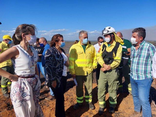 Visita de la consejera andaluza de Desarrollo Sostenible, Carmen Crespo, al dispositivo para la extinción del incendio de Villarrasa (Huelva)