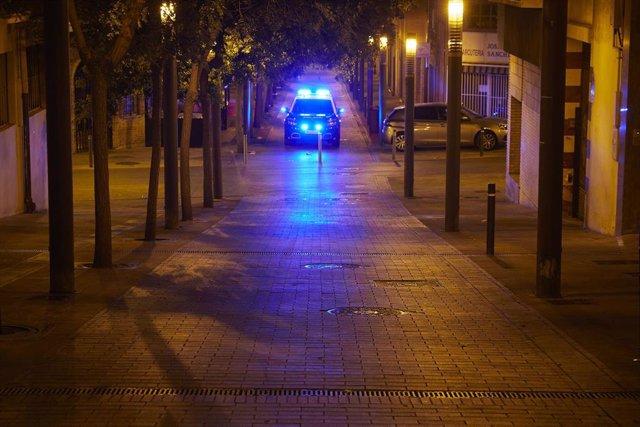 Archivo - Coche de la Policía Nacional patrulla por la ciudad de Pamplona, durante la primera noche de entrada en vigor del toque de queda en Navarra, a 24 de julio de 2021, en Pamplona, Navarra (España).