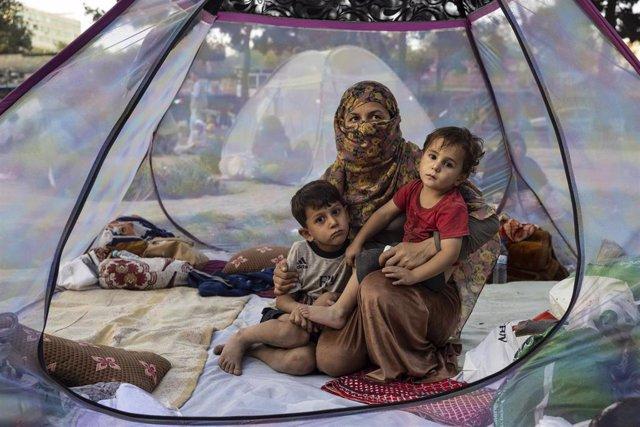 Desplazados afganos por el conflicto con los talibán acampan en Kabul