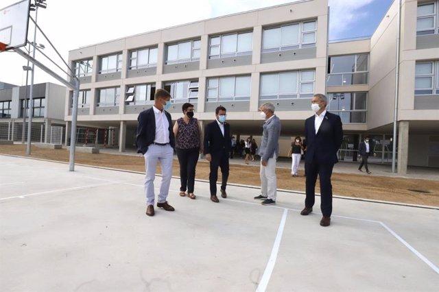 El president de la Generalitat, Pere Aragonès, i el conseller d'Educació, Josep Gonzàlez-Cambray, en una visita d'obres a un institut de Caldes de Malavella (Girona)