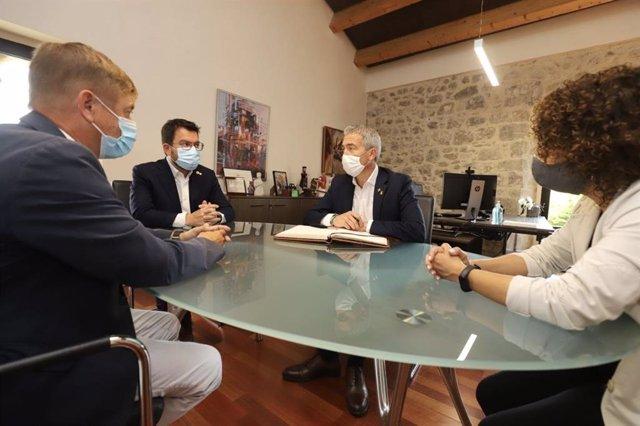 El president de la Generalitat, Pere Aragonès, i el conseller d'Educació, Josep Gonzàlez-Cambray, visitant les obres del nou institut de Caldes de Malavella (Girona)