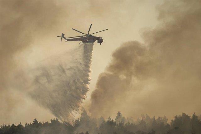 Imagenes de las labores de extinción de incendios en Grecia.