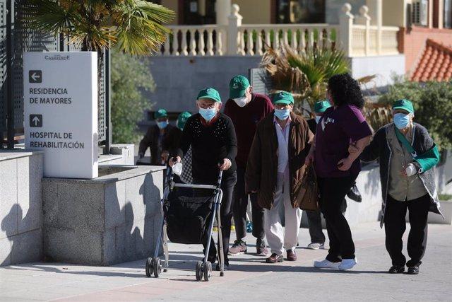 Archivo - Varios ancianos de una de las residencias de Madrid