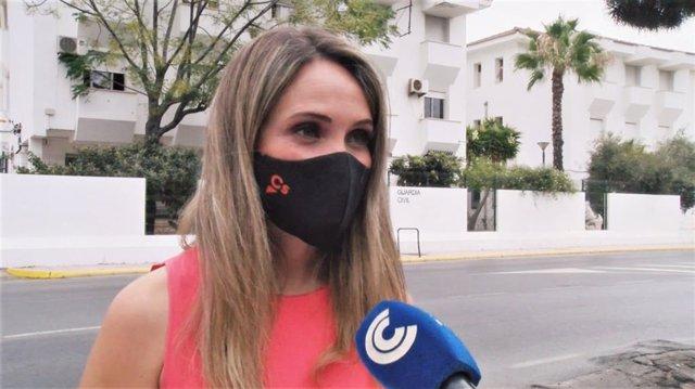 La portavoz de Ciudadanos (Cs) en la Comisión de Interior del Senado y senadora por designación autonómica, María Ponce, ante el cuartel de la Guardia Civil en Punta Umbría.