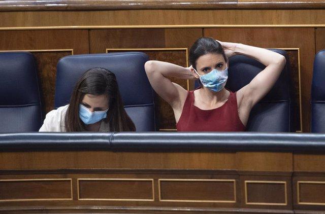 Archivo - La ministra de Derechos Sociales y Agenda 2030, Ione Belarra (i), y la ministra de Igualdad, Irene Montero, en una sesión plenaria en el Congreso de los Diputados, a 20 de mayo de 2021, en Madrid, (España). Durante esta sesión se debate, entre o