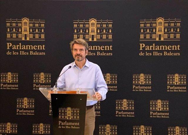 El portavoz adjunto de Cs en el Parlament, Marc Pérez-Ribas, durante una rueda de prensa en el Parlament.