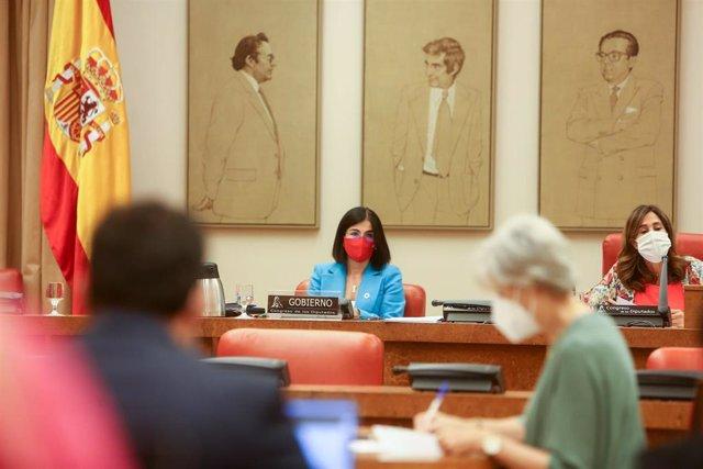 Archivo - La ministra de Sanidad, Carolina Darias (i) y la presidenta de la Comisión, Rosa María Romero (d), comparecen en la Comisión de Sanidad y Consumo en el Congreso de los Diputados, a 13 de julio de 2021, en Madrid (España).