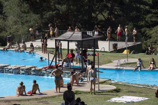 Varias personas disfrutan de un día de ocio en las piscinas de Las Berceas, a 21 de agosto de 2021, en Cercedilla, Madrid, (España).