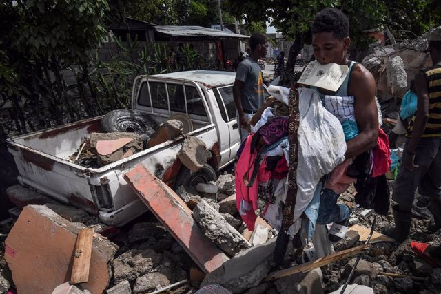 FILED - 19 August 2021, Haiti, Les Cayes: People search in the rubble of a damaged house after a massive earthquake in Les Cayes, Haiti. Photo: Carol Guzy/ZUMA Press Wire/dpa