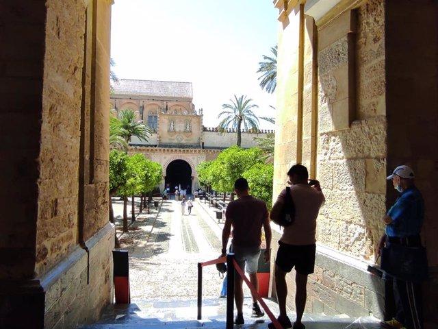 Archivo - Turistas accediendo al Patio de los Naranjos de la Mezquita-Catedral de Córdoba.