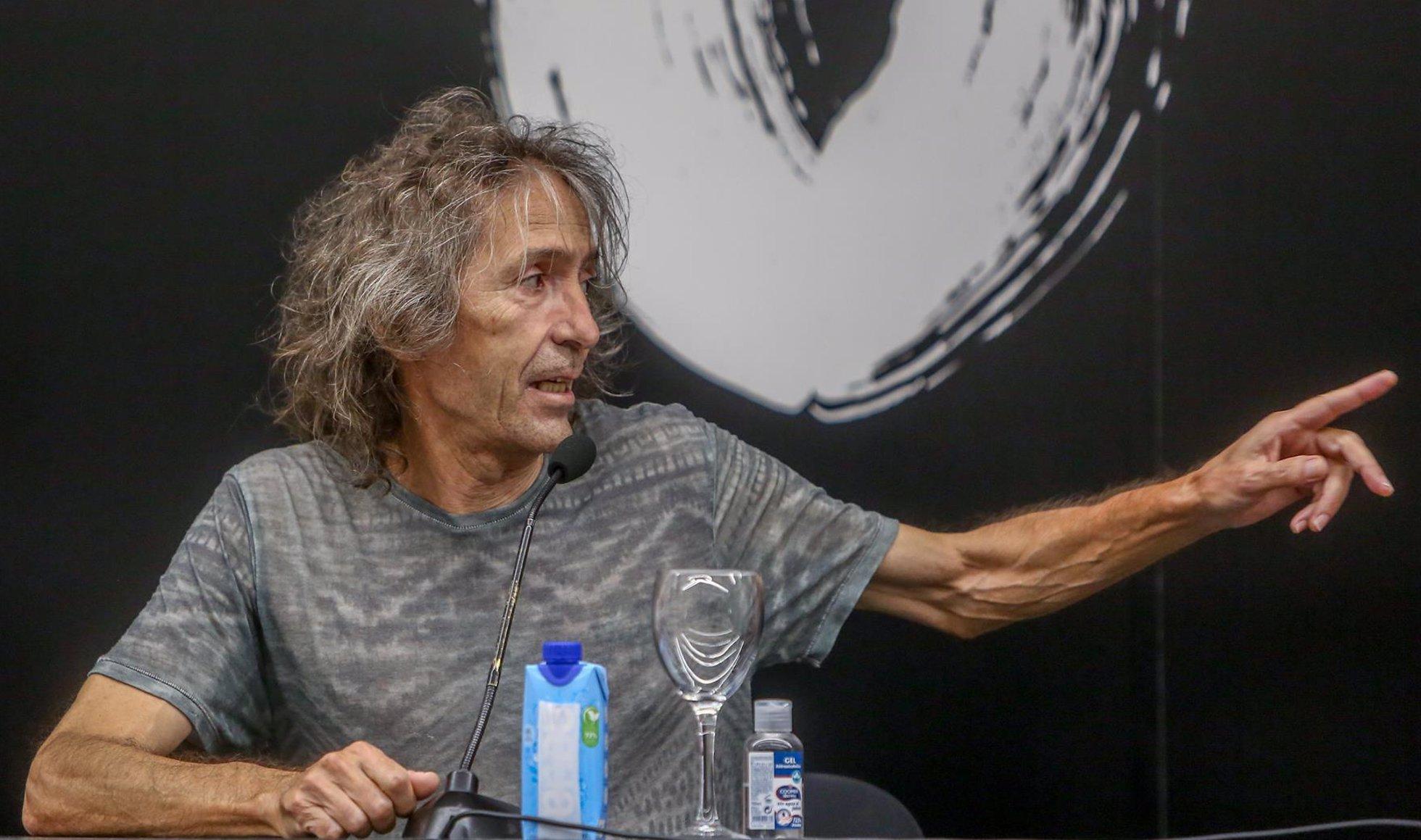 El cantante de Extremoduro, Robe Iniesta, durante una rueda de prensa en el Círculo de Bellas Artes, a 11 de agosto de 2021, en Madrid, (España). Durante la rueda de prensa, el guitarrista, cantante y compositor de Extremoduro, ha presentado su nueva gira