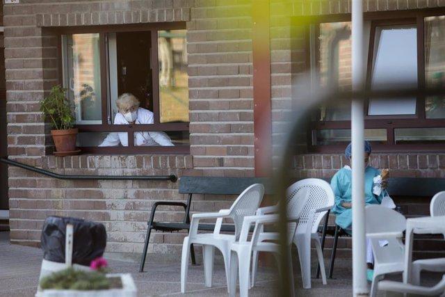 Dos trabajadoras del centro conversan en el exterior de la residencia de Las Gándaras, la mayor de Lugo, después de contabilizar un total de 49 positivos, a 17 de agosto de 2021, en Lugo, Galicia (España).