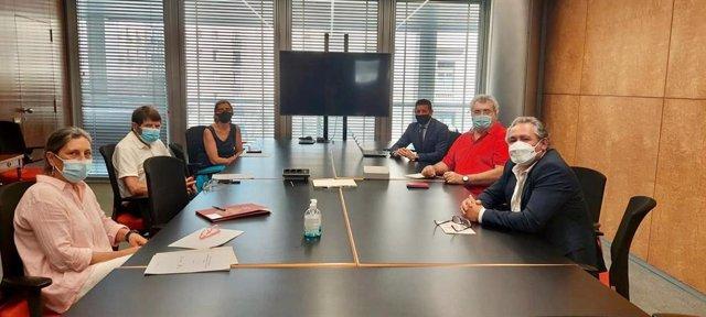 Imatge de la reunió d'aquest dimecres entre membres de Fecasarm i membres de l'Ajuntament de Barcelona