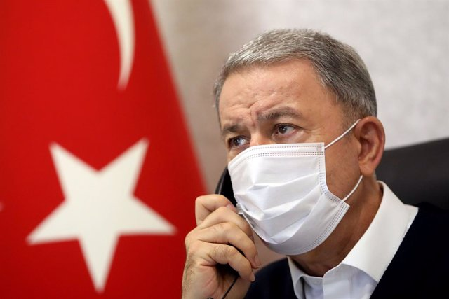 Archivo - 18 June 2020, Turkey, Ankara: Turkish Minister of National Defence Hulusi Akar wears a mask as he speaks on the telephone during a meeting with other commanders at the Turkish Army Command Control Centre. Photo: -/PPI via ZUMA Wire/dpa
