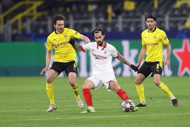 Archivo - Thomas Delaney, Borussia Dortmund, y Suso, Sevilla
