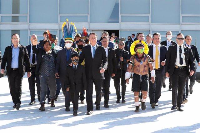 Bolsonaro con representantes indígenas