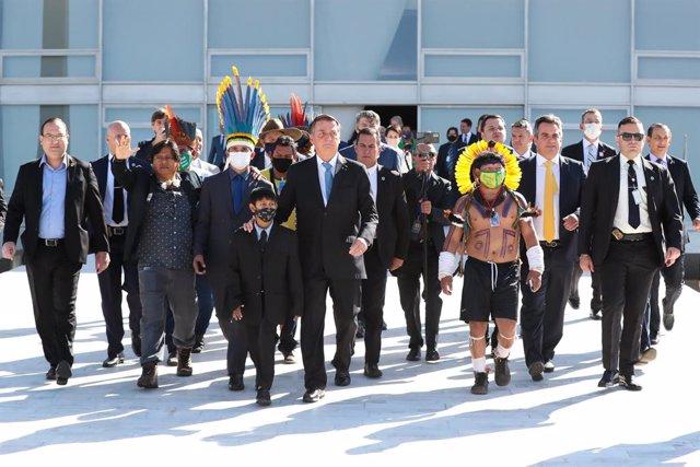 HANDOUT - 12 August 2021, Brazil, Brasilia: Brazilian President Jair Bolsonaro (C) arrives for a meeting with indigenous representatives. Photo: Isac Nobrega/Palacio Planalto/dpa - ATENCIÓN: Sólo para uso editorial y mencionando el crédito completo