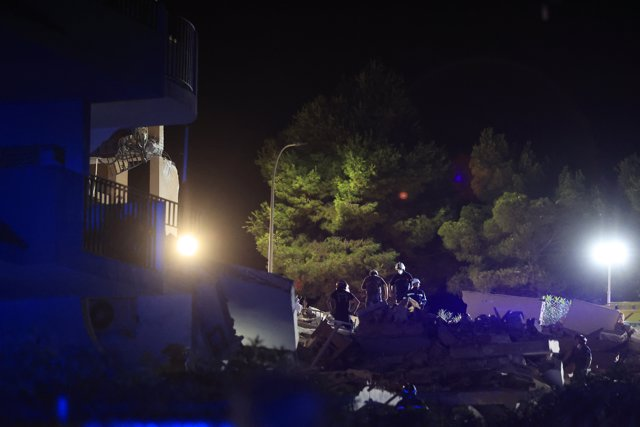 Bomberos trabajan sobre los restos del edificio de tres alturas que se ha derrumbado a 25 de agosto de 2021, en Peñíscola