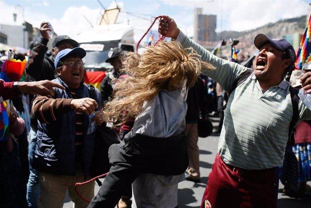 Archivo - Manifestantes Antigubernamentales Sostienen Un Títere Que Representa A La Presidenta Interina De Bolivia, Jeanine Áñez,