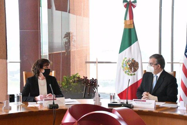 Archivo - La enviada especial de EEUU para la frontera sur, Roberta Jacobson, y el ministro de Exteriores de México, Marcelo Ebrard, en una reunión sobre política migratoria.