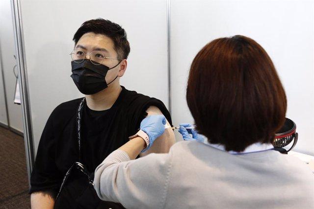 Archivo - 25 June 2021, Japan, Tokyo: A man receives the Moderna coronavirus vaccine at the Tokyo Metropolitan Government building. People involved in the Tokyo 2020 Olympic and Paralympic Games and residents with inoculation tickets received the Moderna