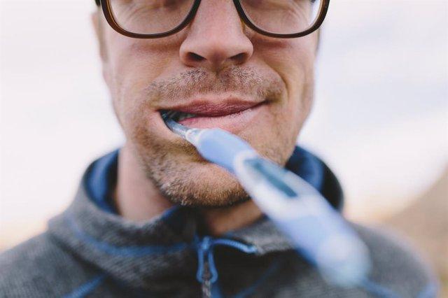 Archivo - Lavarse los dientes, cepillarse los dientes, salud dental