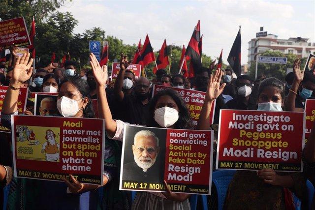 Archivo - Miembros de varias organizaciones políticas sostienen pancartas durante una protesta contra el gobierno indio por la posible vigilancia, dirigida a miles de personas, mediante el presunto uso de programas espía de la empresa israelí Pegasus