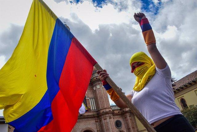 Archivo - Una manifestante con la bandera de colombia durante el paro nacional indefinido contra Iván Duque
