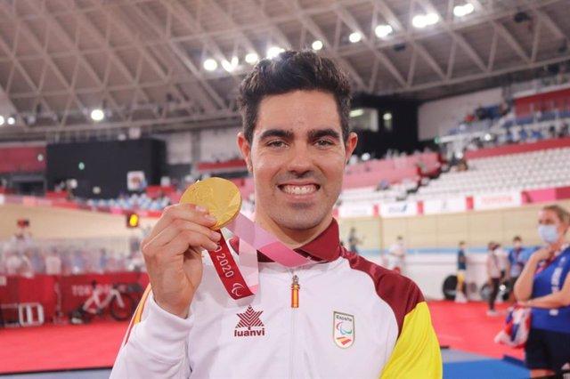 Alfonso Cabello muestra de su medalla de oro del kilómetro contrarreloj en los Juegos Paralímpicos de Tokio