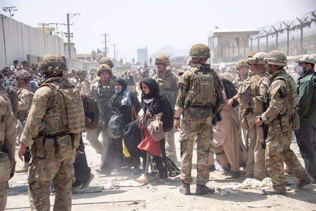 Militares británicos y estadounidenses participan en la misión de evacuación del personal titulado del aeropuerto de Kabul en Afganistán