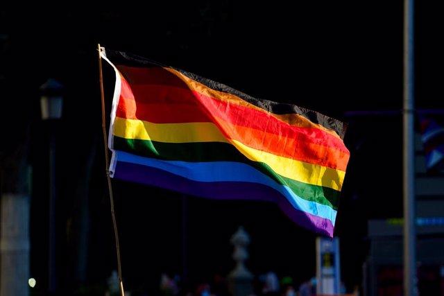 Archivo - Arxivo - La bandera LGTBI durant una manifestació centrada en el col·lectiu trans, a 28 de juny de 2021, a Madrid, (Espanya).