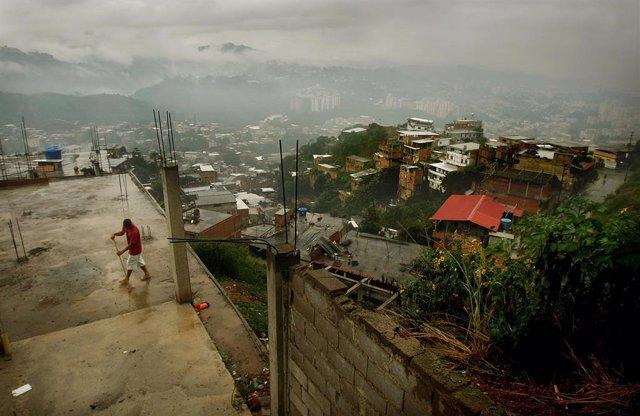 Archivo - Vista de Caracas después de lluvias