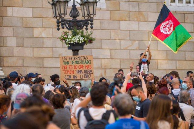 Varias personas participan en una concentración en solidaridad con las mujeres y niñas afganas en la plaza de Sant Jaume de Barcelona, a 18 de agosto de 2021, en Barcelona, Cataluña (España). La protesta ha sido convocada por el espacio feminista Ca la Do