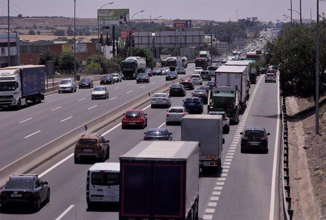 Archivo - Tráfico de coches en la A-4 a la altura del municipio madrileño de Getafe el pasado 11 de junio de 2021
