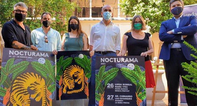 Personalidades de los eventos culturales de Sevilla sostienen junto al delegado de Cultura, Antonio Muñoz, el cartel promocional de Nocturama.