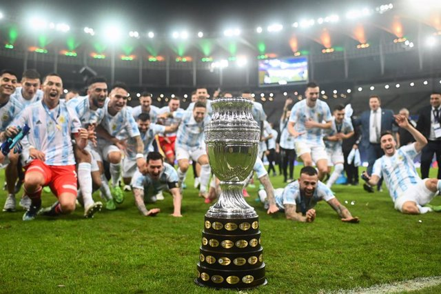 Archivo - 10 July 2021, Brazil, Rio de Janeiro: The Argentine national team cheers behind the trophy after winning the CONMEBOL Copa America Final soccer match against Brazil at The Maracana Stadium. Photo: Andre Borges/dpa