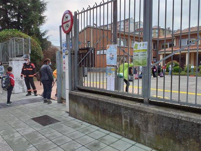 Archivo - Protección Civil controla el acceso a los colegios en Gijón el primer día de la vuelta al cole el pasado año