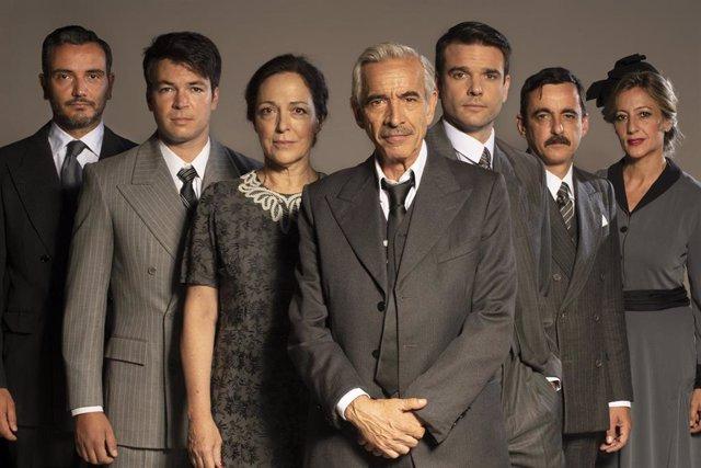 Imagen del elenco completo de la obra de teatro 'Muerte de un viajante'.