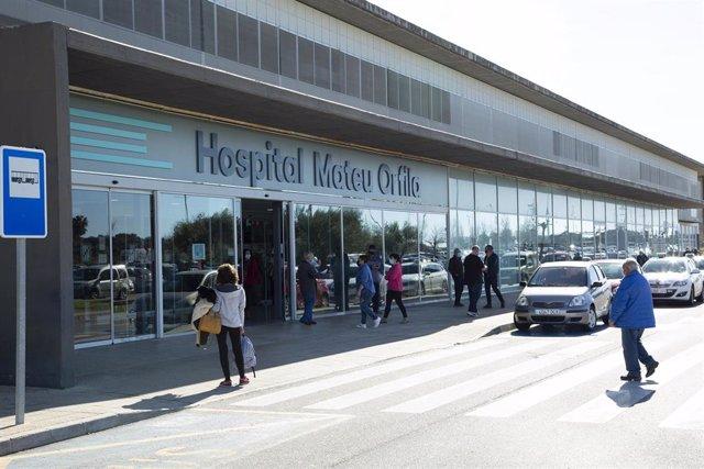 Archivo - Varias personas en la entrada del Hospital Mateu Orfila de Menorca,en Mahón.