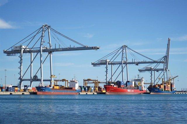 Archivo - Arxivo - Vaixells de contenidors en el Port de Tarragona, en una imatge d'arxiu.