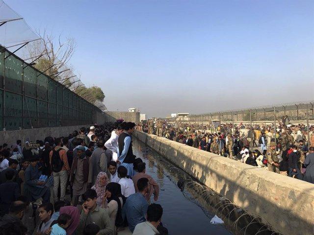 Una multitud agolpada junto al aeropuerto de Kabul