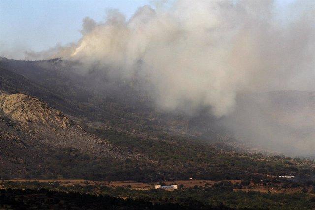 Vista del incendio en el término abulense de Navalacruz (Ávila).