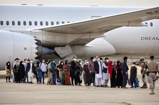 Varios refugiados afganos llegan a la base aérea de Torrejón de Ardoz a 24 de agosto de 2021, en Madrid (España)