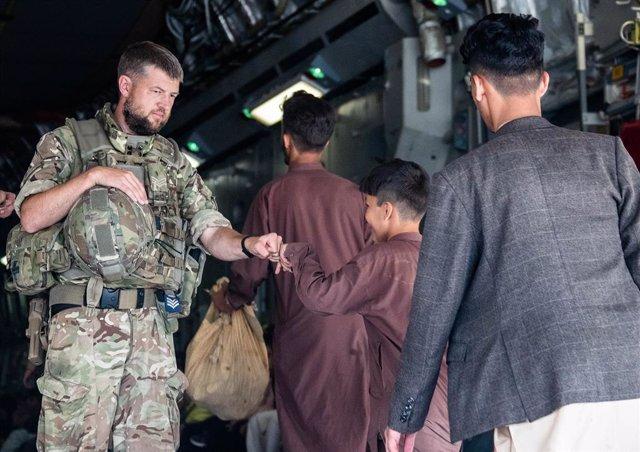 Un militar britànic participa en les operacions d'evacuació de Kabul